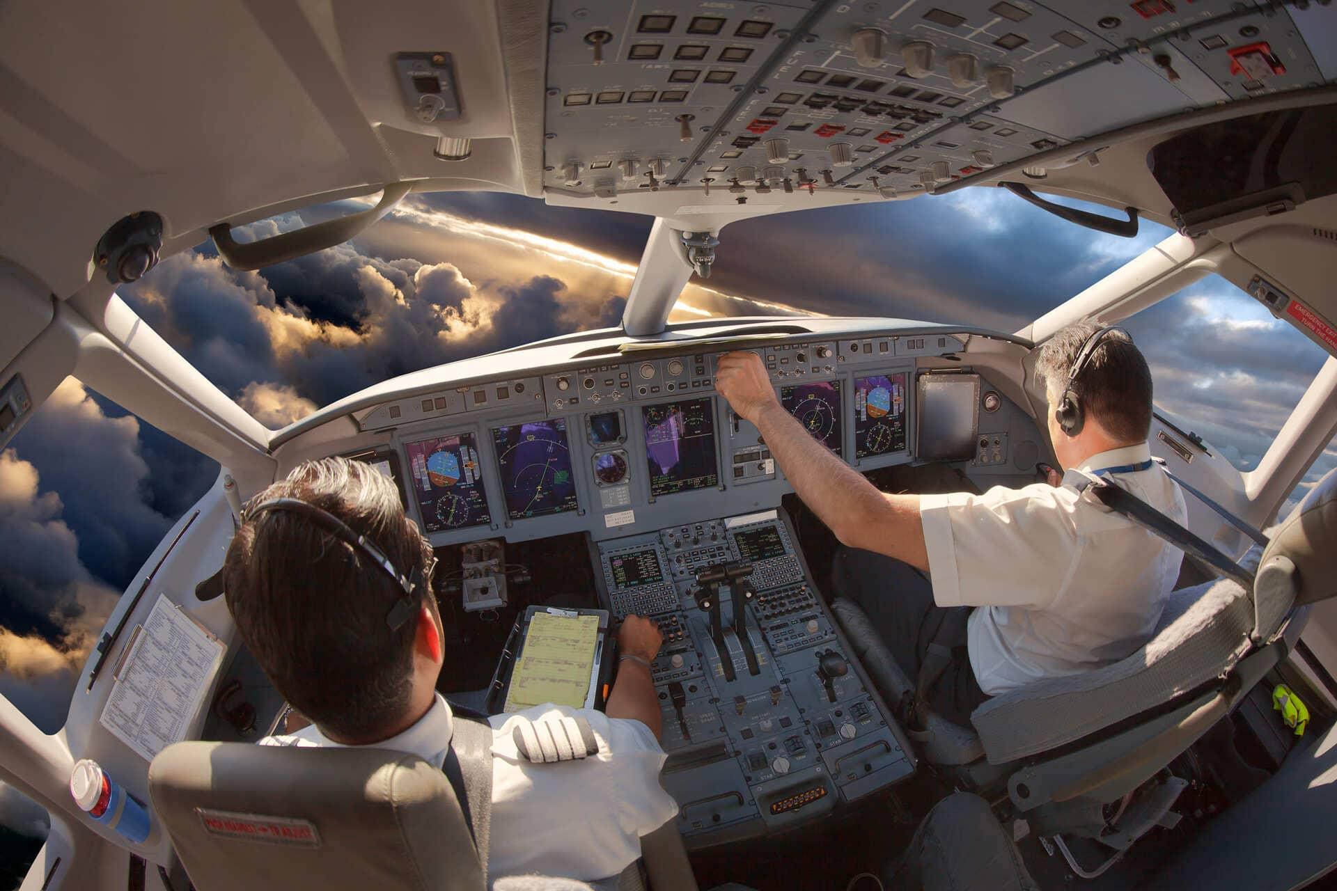 Reconversion métier pilote de ligne - cockpit avion de ligne pilotage dessus nuages cours à distance instructeurs compétents