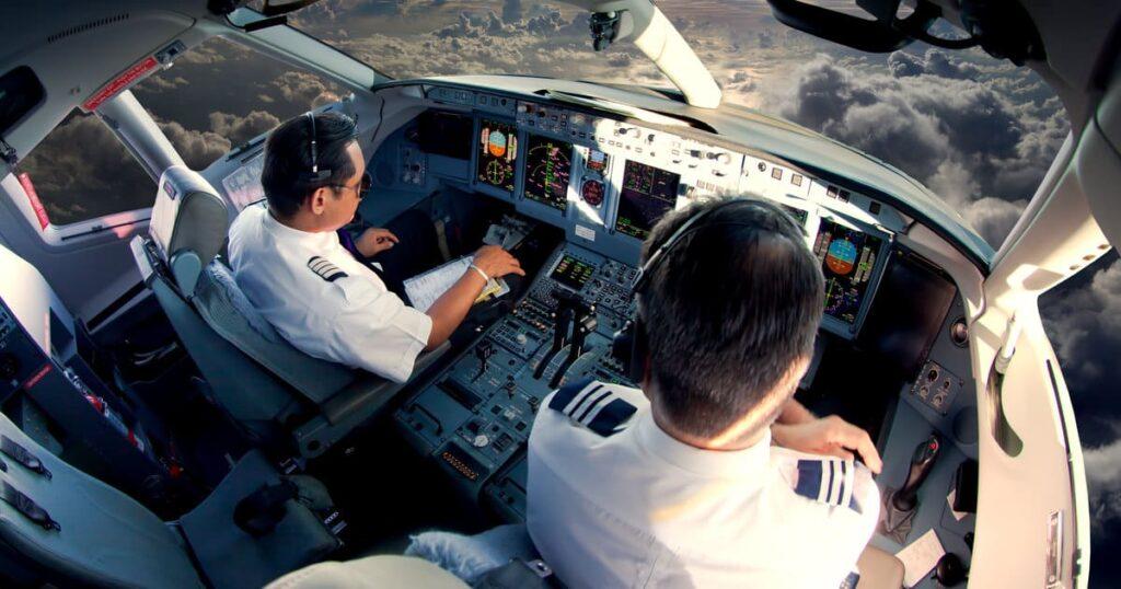 ATO cours ATPL théorique à distance - cockpit avion de ligne pilotage dessus villes de nuit cours à distance au domicile