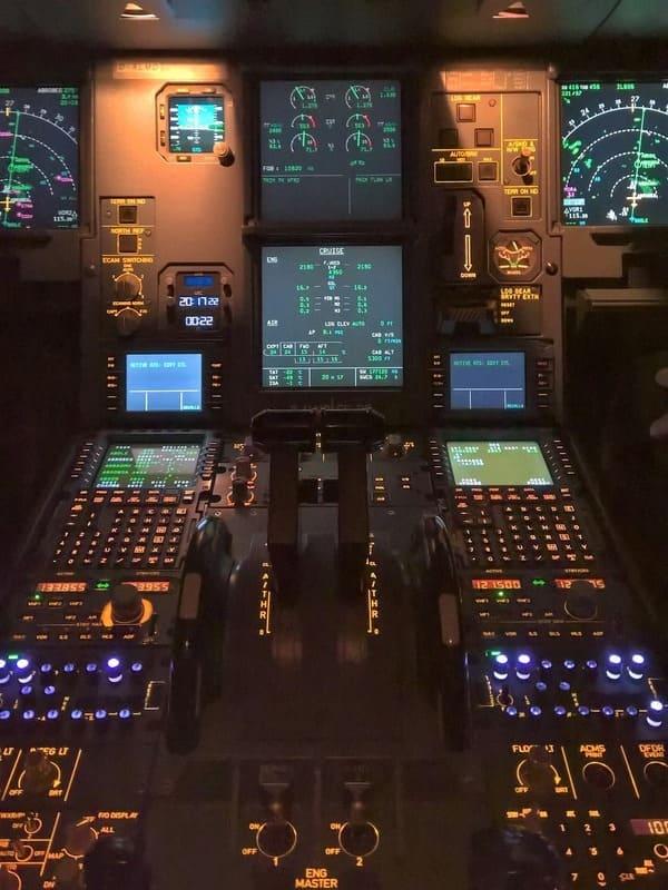 Vue cockpit avion commende des gaz formation AsTPL théorique certificats ATPL pilote de ligne support de cours à distance